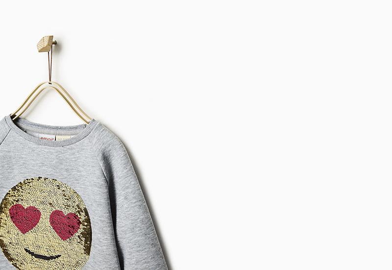 ropa infantil con emojis móvil